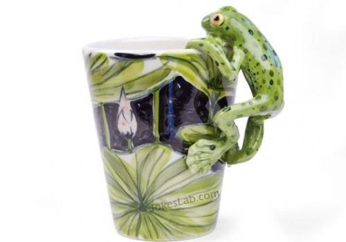 funny mug, frog climbing