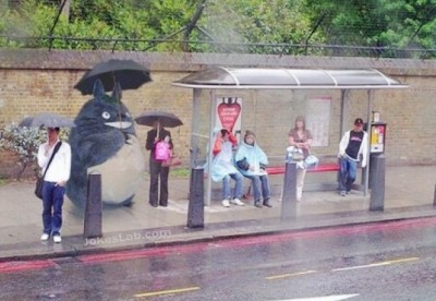 funny-Japanes-cartoon-in-bus-stop