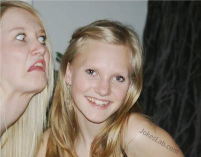 funny-photo-bomb-daughter-and-angry-mother