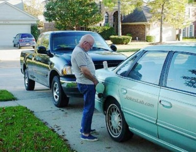 funny-revenge-pee-to-your-neighbours-car